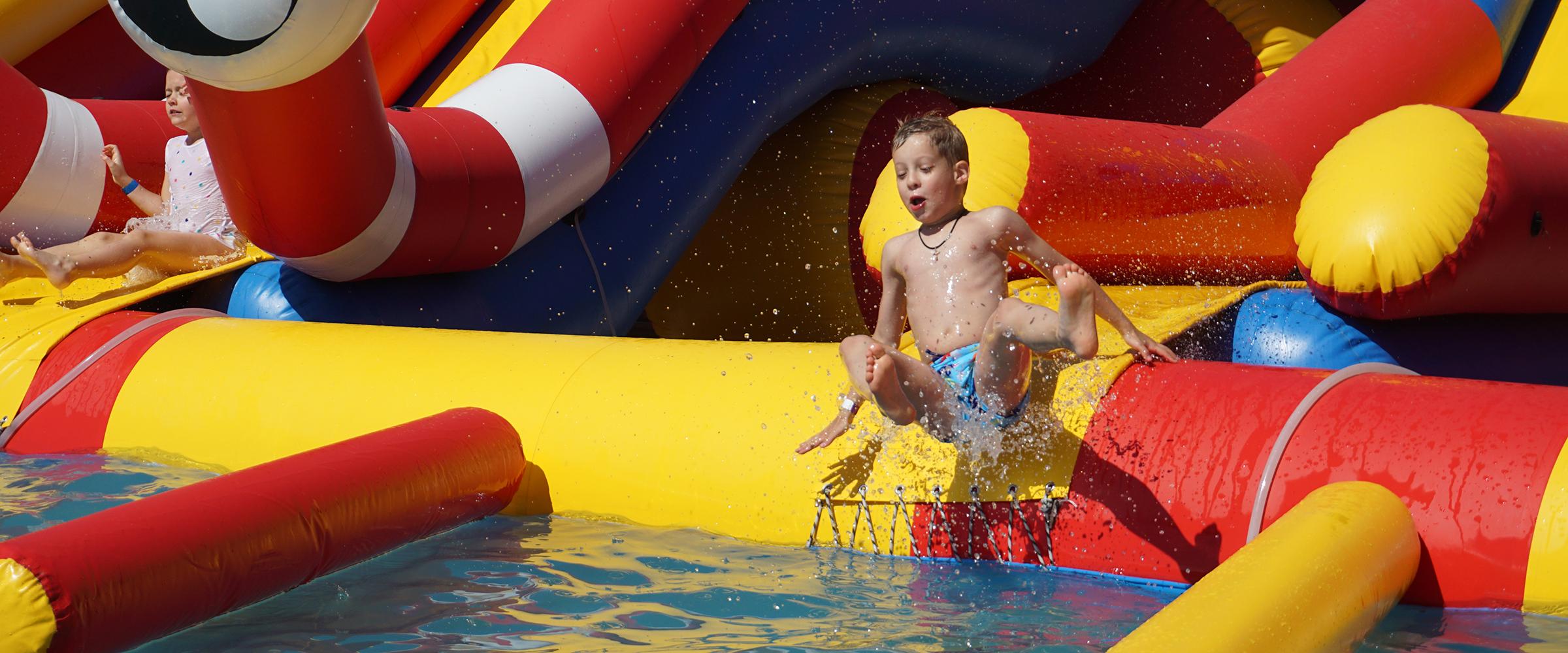 Надувной аквапарк с тремя горками и надувным пандусом Inflatable water park with inflatable ramp GAIRSPORT 2